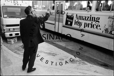 Hombre y autobús