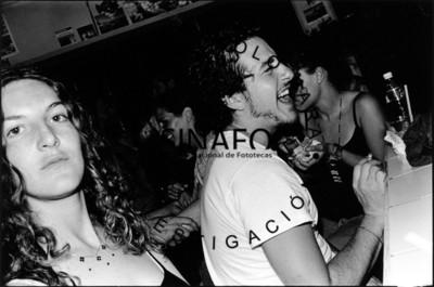 Pareja baila en interior de un bar