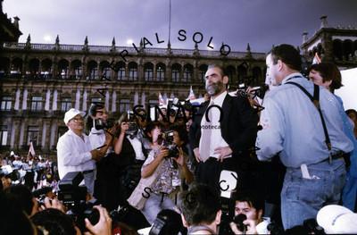 Diego Fernández de Cevallos junto a reporteros gráficos durante campaña electoral