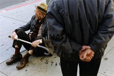 Hombre herido en la banqueta sostiene bastón