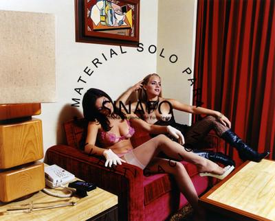 Flor y Mariana sentadas en un sillón en el Hotel Jena