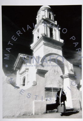 Mujer a la entrada de una iglesia