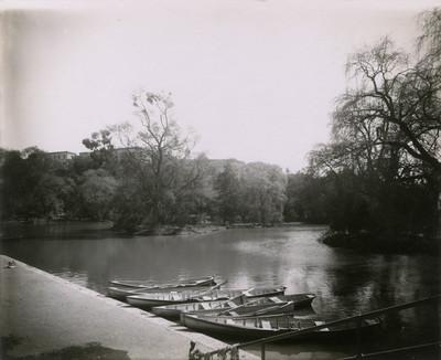 Aspecto del embarcadero en el lago chico