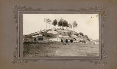 Hombres en el cerro construido junto al lago