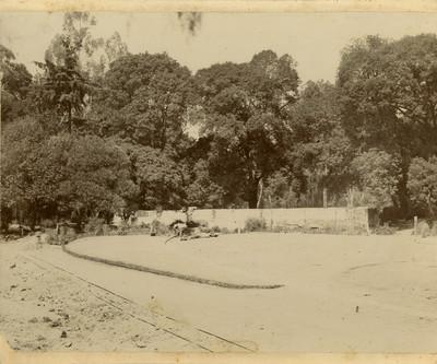 Formación de prados atrás y cerca de la alberca