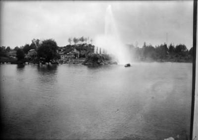 Embarcación junto a la fuente en el lago grande