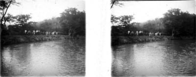 Hombres a caballo a orillas de un canal, estereoscópica