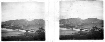 Puente ferroviario que cruza un río, estereoscópica
