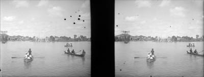 Gente a bordo de canoas pasea en el lago de Chapultepec, estereoscópica