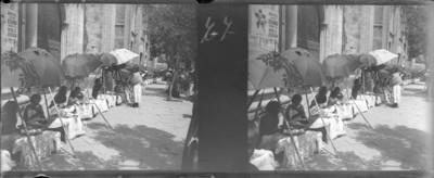 Mujeres con sombrilla a la entrada de la Villa de Guadalupe