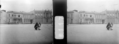 Mujeres cruzan una calle, estereoscópica