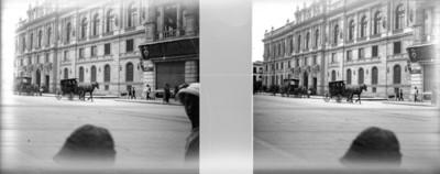Carruajes transitan en una calle, estereoscópica