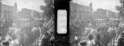 Gente en una calle recibe a caudillos revolucionarios, estereoscópica