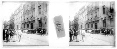 Gente camina en una calle, estereoscópica