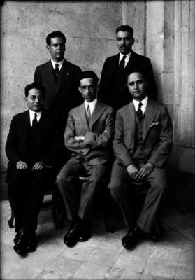 Alfonso Teja Zabre y abogados en el interior de un edificio, retrato