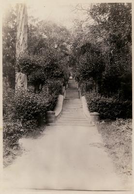 Extremo de la calzada y escalinata para subir al Colegio Militar