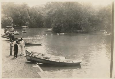 Personas junto a las embarcaciones en el lago chico