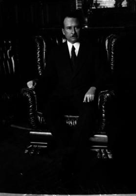 Adalberto Tejeda en un salón, retrato