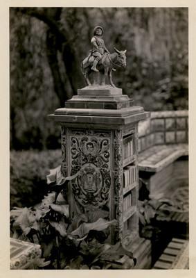 El pedestal y la figura de Sancho