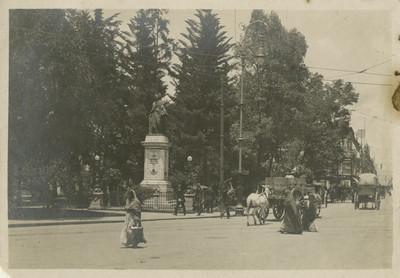 Monumento a Enrico Martínez en el cruce de las calles Seminario y Arzobispado de la ciudad de México