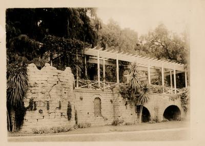 Fragmento de los arcos del acueducto con la pérgola recientemente costruida