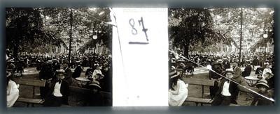 Gente durante un evento en una plaza pública, estereoscópica