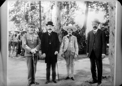 Funcionarios, militar y director de orquesta musical en Chapultepec, retrato de grupo