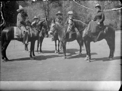 Hombres y mujeres a caballo en Chapultepec