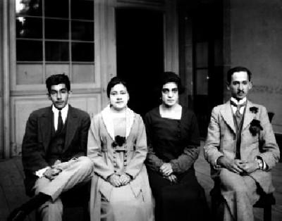 Rebeca Tezcucano de Casasola acompañada por dos hombres y una mujer, en el interior de un edificio, retrato