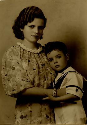 Mujer con niño en estudio fotográfico, retrato