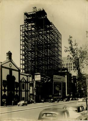 Estructura metálica de la Torre Latinoamericana sobre la avenida Juárez