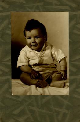 Niño en estudio fotográfico, retrato