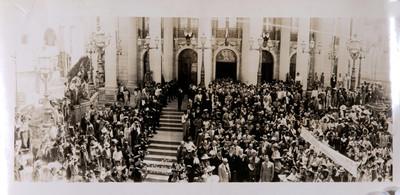 Gente congregada fuera de un edificio