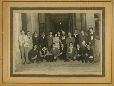 Grupo en el pasillo de un edificio