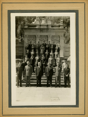 Funcionarios y estudiantes en la tribuna monumental del Bosque de Chapultepec