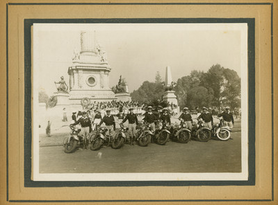 Grupo de motociclistas en la columna de la Independencia