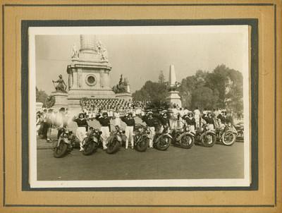 Mujeres motociclistas en la columna de la Independencia