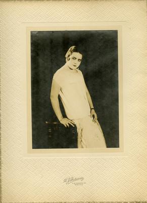Mujer recargada en un mueble, retrato