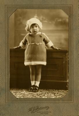 Niña junto a un mueble, retrato