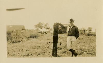 Hombre junto a una cerca, retrato