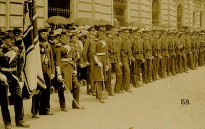 "Marinos y cadetes del crucero alemán ""Freya"" forman valla, tarjeta postal"