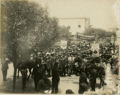 Mitin demócrata frente a la casa de Francisco I. Madero