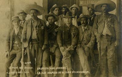 """""""Grupo en Casas Grandes. Sr. Hay después de su fuga de Chihuahua"""", tarjeta postal"""