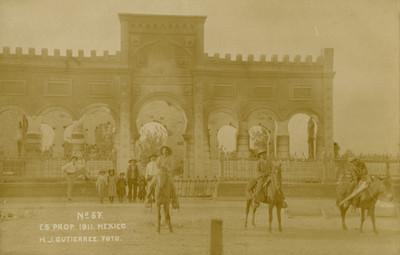 Hombres a caballo en una plaza, tarjeta postal