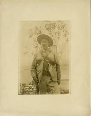"""""""Franciso Villa"""" con cananas y rifle, retrato"""