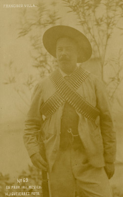 """""""Franciso Villa"""" con cananas y rifle, retrato, tarjeta postal"""