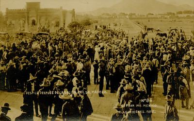 """Desfile después de la salida del Sr. Madero"", tarjeta postal"