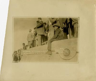 Francisco I. Madero notficando al pueblo el triunfo de la revolución