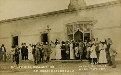 """""""Familia Madero, Srita. Arizmendi y miembros de la Cruz Blanca"""", tarjeta postal"""