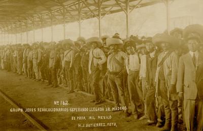 Grupo de jefes revolucionarios esperando llegada [del] Sr. Madero
